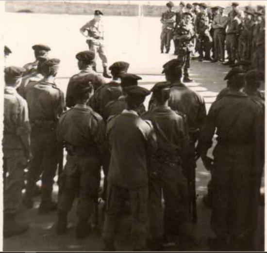 479 un rassemblement avec le capitaine boudouani et son adjoint a l ecart les mains sur les hanches